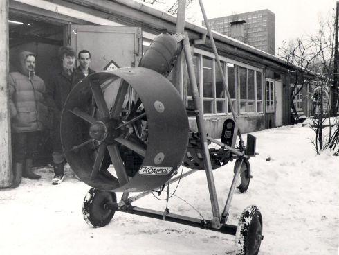 Wózek Sawa z otunelowanym śmigłem. W tle od prawej: Tomek Królikowski, Mirek Rodzewicz.
