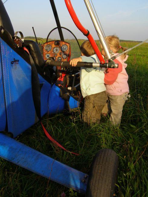 Bliźniaki uczące się budowy motolotni