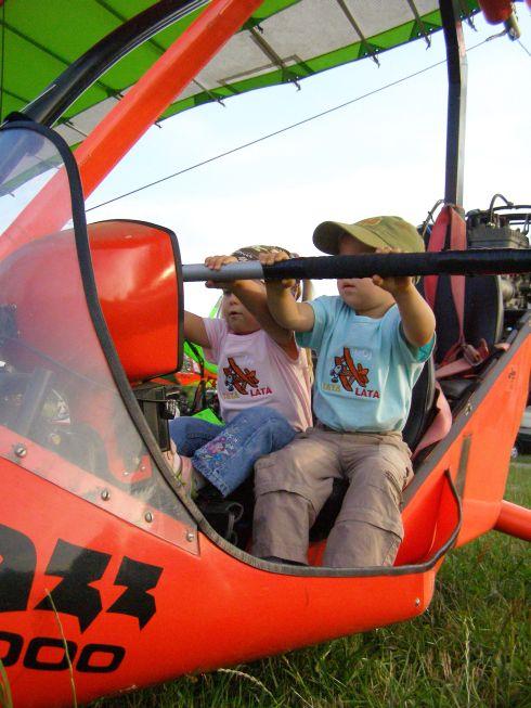 Bliźniaki Tomczyńskie uczą się latać na motolotni Jazz 2000